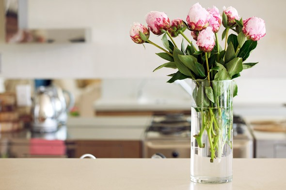 use-fresh-flowers-to-accentuate-the-look-of-your-kitchen